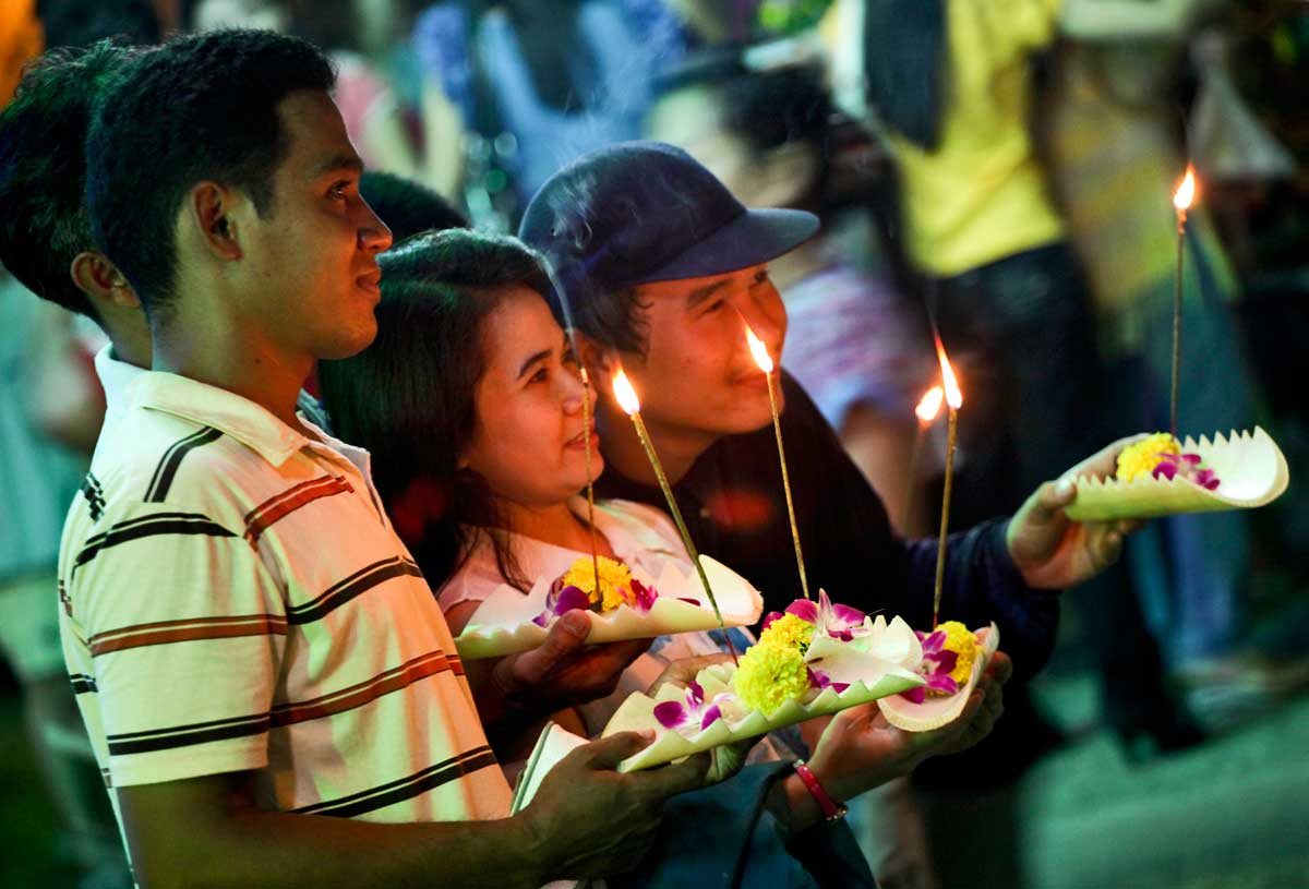 Thai family celebrates Loy Krathong